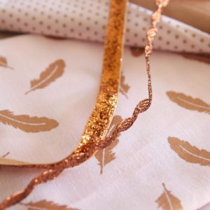 Tissu petites plumes rose cuivré