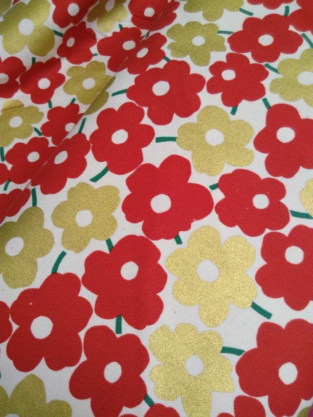 Tissu toile coton fleurs rouge et dorée trèfle Kokka 2