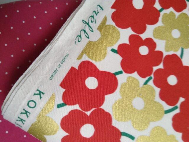 Tissu toile coton fleurs rouge et dorée trèfle Kokka