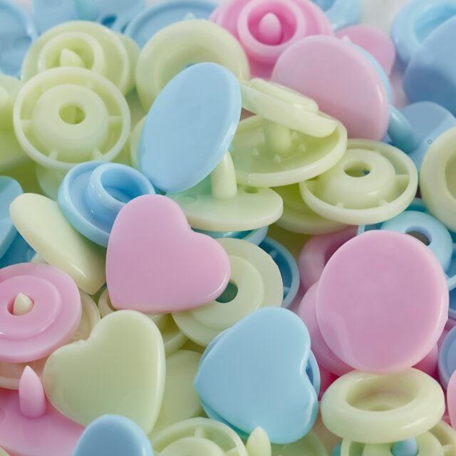 LOVE BOUTONS PRESSION PLAST ASS COEURS BLEU ROSE VERT 12MM C